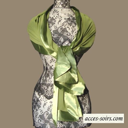 Une étole verte égaiera votre petite robe noire pour le réveillon